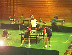 Bild: Tischtennis-Training in Sporthalle.